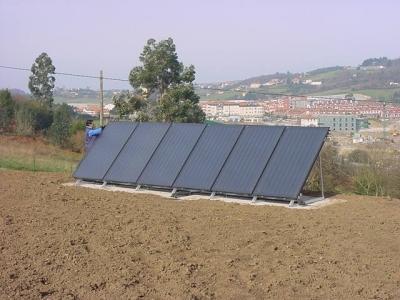 Seis paneles en jardín - Producción Agua Caliente Sanitaria y calefacción Suelo Radiante