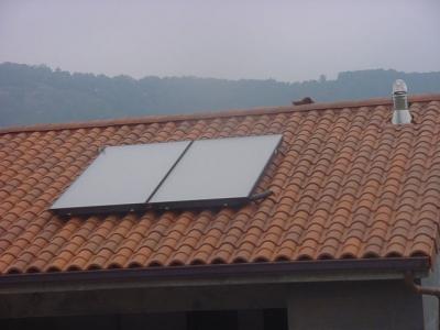 Paneles solares en unifamiliar - detalle ocultación del circuito por teja de ventilación